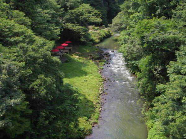 あやとり橋から川床が見える。